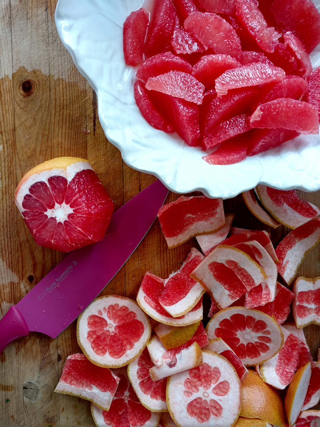 Cutting grapefruit slices